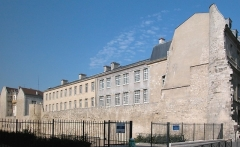 Enceinte de Philippe-Auguste -  Le mur de Philippe Auguste aujourd'hui: vestige principal, le long du collège Charlemagne (IVe arrt, rive droite), dégagé en 1946.