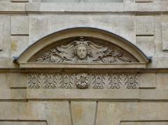 Hôtel Béthune-Sully - Détail sculpté de l'élévation est de la façade sur cour de l'Hôtel de Sully, Paris (75004). 4ème travée. Rez-de-chaussée.