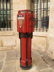 Ancien Hôtel de Chavigny ou Hôtel Poulletier -  ancien avertisseur d'incendie, sapeurs pompiers. Devant la caserne de la rue Sévigné, Paris, le Marais.  Les premiers avertisseurs  télécom à Paris ont été mis en service en 1886.