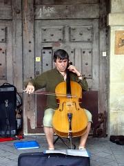 Hôtel Coulanges -  Street musicians in Paris