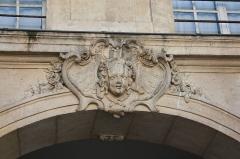 Hôtel  , dit Hôtel Le Rebours - Deutsch: Hôtel Le Rebours im Marais im 4. Arrondissement in Paris (Île-de-France/Frankreich), Maskaron im Innenhof
