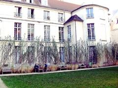 Hôtel Le Tellier ou Barbes (ancien hôtel Deniau de Fontenay ou de Coulanges) - English: Garden Francs-Bourgeois-Rosiers behind the Hôtel de Coulanges in the street Rue des Francs-Bourgeois, Le Marais, VIe arrondissement, Paris, France.