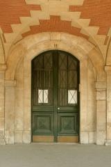 Hôtel de Ribault ou de Langres  (voir aussi : Synagogue, 21 rue des Tournelles) - English:  Door of 14 Place des Vosges, Paris.