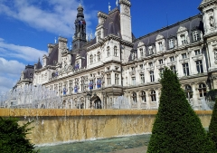 Hôtel de ville - This building is inscrit au titre des Monuments Historiques. It is indexed in the Base Mérimée, a database of architectural heritage maintained by the French Ministry of Culture,under the reference PA00086319 .