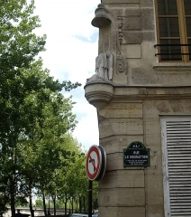 Immeuble - English: Rue Le Regrattier, formerly rue de la Femme-Sans-Teste (=street of the woman without head), Paris 4th arr., at the corner with the quai de Bourbon. Statue of Saint Nicolas, destroyed during the French Revolution in 1793.