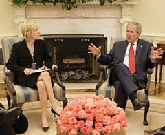 Immeuble - English: President George W. Bush discussed his policies with conservative radio hosts at the White House, including, from left, Mike Gallagher, Neal Boortz, Laura Ingraham, Sean Hannity and Michael Medved.