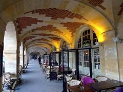 Immeuble - English: Vosges place - Paris, 2bis place des Vosges