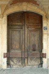 Immeuble dit aussi hôtel de Chabannes ou de Flers - English:  Door of 17 Place des Vosges, Paris.
