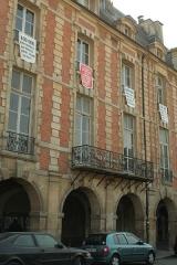 Place des Vosges - Hôtel Coulanges, 1bis place des Vosges, Paris, réquisitionné par le Collectif jeudi noir (banderoles)