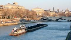 Théâtre de la Ville - English: Barge in Paris near Pont Neuf