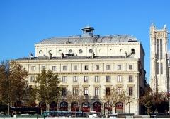Théâtre de la Ville - English: Theatre de la Ville, seen from the Seine, Paris, France