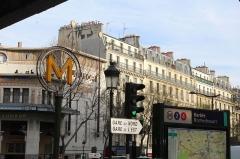 Cinéma Le Louxor - Français:   Entrée de la station de métro Barbès-Rochechouart à Paris.