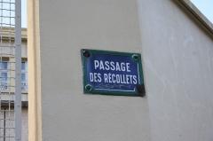 Ancien couvent des Récollets ou ancien hôpital Villemin - Deutsch: Straßenschild: Passage des Récollets, benannt nach dem ehemaligen Rekollektenkloster Couvent des Récollets im 10. Arrondissement von Paris