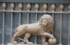 Ancien débit de boisson -  Lion sur le canal Saint-Martin - Paris