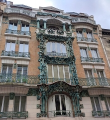 Immeuble - English: An Art Deco balcony in front of a downtown Paris, France house