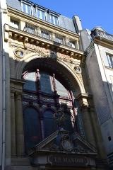 Anciens magasins de vente des faïenceries de Choisy-le-Roi -  H. Boulenger & Cie - le Manoir, Paris 9e, rue de Paradis. Ancien siège social d\'une fabrique de faïence, le lieu est devenu \