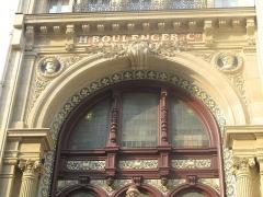 Anciens magasins de vente des faïenceries de Choisy-le-Roi - English:   Summit of the gate of the former shop of the faience factory Boulenger: 18 rue de Paradis, Paris 10th arr.