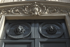 Maison, ancien hôtel Titon - Deutsch: Hôtel Titon, Rue du Faubourg Poissonnière n° 58, im 10. Arrondissement von Paris (Île-de-France/Frankreich), Tür mit Löwenköpfen