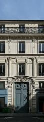 Maison, ancien hôtel Titon -  Rue du Faubourg-Poissonnière (Paris). Travée d'entrée du numéro 58: rez-de-chaussée, entresol, deux étages carrés un étage en retrait. Rez-de-chaussée à bossage, colonnes engagées à l'étage sur consoles à mascarons, linteau de la porte à rinceaux, menuiserie sculptée.