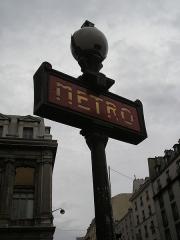 Métropolitain, station Gare du Nord - English: A Paris Metro sign near the Gare du Nord train station