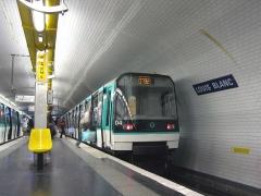 Métropolitain, station Louis-Blanc -  Description: Station Louis Blanc, Rame MF88 en stationnement, à gauche rame MF77  Place: Paris, France Date: Juillet 2006 Auteur: Pline photo personnelle
