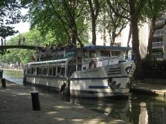 Porte Saint-Martin -  Le Martin-Pêcheur est particulièrement bien adapté aux gabarits des canaux de Paris; ce bateau dispose d'une salle de réception de 60 m², d'un bar, d'une large plage soleil de 25 m² à l'arrière du bateau et d'un pont supérieur de 30 m².