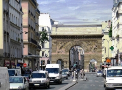 Porte Saint-Martin - Français:   Rue Saint-Martin à son extrémité nord, au niveau de la porte Saint-Martin qui se trouve dans le Xe - Paris III