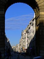 Porte Saint-Martin - Français:   Rue du Faubourg-Saint-Martin  vue en arrière-plan de la porte Saint-Martin - Paris X