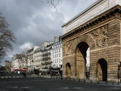 Porte Saint-Martin - Français:   Le boulevard Saint-Denis à Paris, vue sur le côté nord. Au fond à gauche la porte Saint-Denis, à droite la porte Saint-Martin.