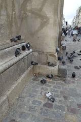 Porte Saint-Martin -  Pigeons à la base de la Porte Saint-Martin, Paris, France.