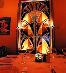 Immeuble abritant le restaurant Julien - English: This is a replica of the elevator doors of the Chrysler Building in New York City, hand made by Brasserie Julien chef and owner Philippe Feret.
