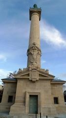 Barrière du Trône -  En 1845, les colonnes furent surmontées de deux statues de 3,8 mètres de hauteur: Philippe Auguste sculpté par Auguste Dumont au sud (12e arrondissement) et Saint Louis par Antoine Étex au nord (11e arrondissement).