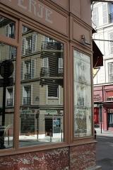 Charcuterie - Français:   Réflexion dans la vitrine de la charcuterie, à l\'angle de la rue Saint-Sabin et la rue Amelot, Paris.