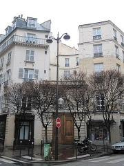 Immeuble - English: Building of the 136 rue Amelot, in the corner with the rue Jean-Pierre-Timbaud, Paris 11th arr. Exemple of building of the subdivision