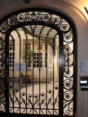 Immeuble - English: Art nouveau building, 7 avenue de la République, Paris 11, France. Wrought iron gate to the yard