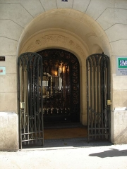 Immeuble - English: Art nouveau building, 7 avenue de la République, Paris 11, France.Entrancel wrought gate