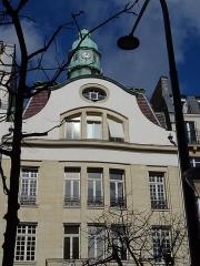 Immeuble -  av. de la République, Paris. Immeuble avec lanterneau style phare, actuellement siège de la Semaest.  vu sur Wikipedia: l'architecte  était un certain Eugène Meyer, aidé du ferronnier d'art (et fabricant d'armes) Edgar Brandt (qui créa aussi la marque d'électroménager Brandt) et du maître verrier P. Roy. Bâtiment construit en style baroque autrichien pour des industriels, les Frères Sulzer ,