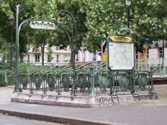 Métropolitain, station Bréguet-Sabin - Français:   Édicule Guimard de la station Bréguet-Sabin situé sur le boulevard Richard-Lenoir, à Paris, classé aux Monuments historiques