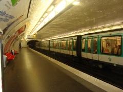 Métropolitain, station Couronnes - Français:   Rame à l\'arrêt à la station Couronnes