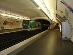 Métropolitain, station Couronnes - Français:   Rame qui arrive à la station Couronnes.