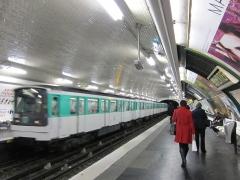 Métropolitain, station Parmentier - English: A train at Parmentier station
