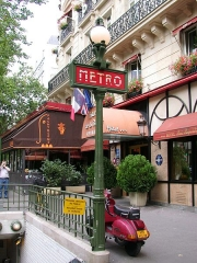 Métropolitain, station République - English: Old metro sign, Paris, France. Photo by (WT-shared) Riggwelter, August 2006.