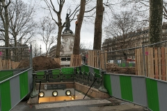 Métropolitain, station République -  Travaux de réaménagement de la place de la République (Paris).  Sortie du métro, face bld de Magenta.
