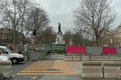 Métropolitain, station République -  Travaux de réaménagement de la place de la République (Paris).  Sortie du métro, face au bld Voltaire.