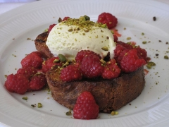 Restaurant Chardenoux - English: Pain perdu (french toast) with raspberry at the restaurant le Chardenoux, 1 rue Jules Vallès, Paris 11th arrond ( France).
