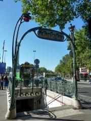 Métropolitain, station Bastille -   地鐵 Bastille 站,Boulevard Richard-Lenoir 上,新藝術 (art nouveau) 建築師 Hector Guimard 於 1899 年受委託而設計的地鐵站入口。他選擇鑄鐵做為素材,並由自然植物的樣式為靈感設計邊框,震驚了巴黎市民。有些人甚至認為,這入口真的就像是怪獸或昆蟲 的口,而那兩盞紅色的燈臺就是眼睛!  Entrée de métro de la station Bastille sur le boulevard Richard-Lenoir, dessinée par Hector Guimard, architecte de l\'Art nouveau, en 1899. Fonte de fer comme matériau, décoration étonnante de frises d\'inspiration végétale, menant certains à voir même dans ces \