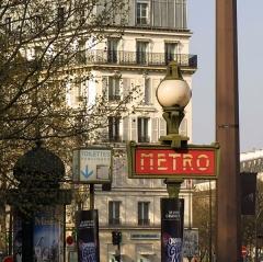 Métropolitain, station Bastille - English:   La station de métro Bastille à Paris