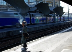 Métropolitain, station Gare de Lyon - English: A woman smokes on a platform at the Gare de Lyon in Paris, France.