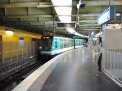 Métropolitain, station Nation - Français:   Un MF 2000 entre à la station Nation sur la ligne 2 du métro de Paris.