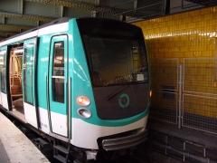 Métropolitain, station Nation - Français:   Un MF 2000 à la station Nation sur la ligne 2 du métro de Paris.